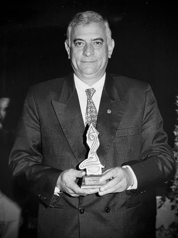 Dr. Gilberto Diogo recebendo premiação
